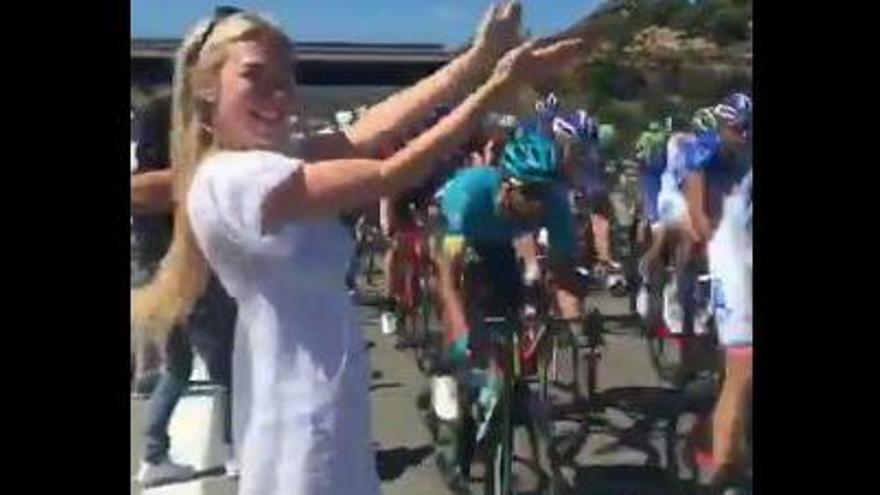 VÍDEO: Una model, a punt de causar un greu accident al Giro