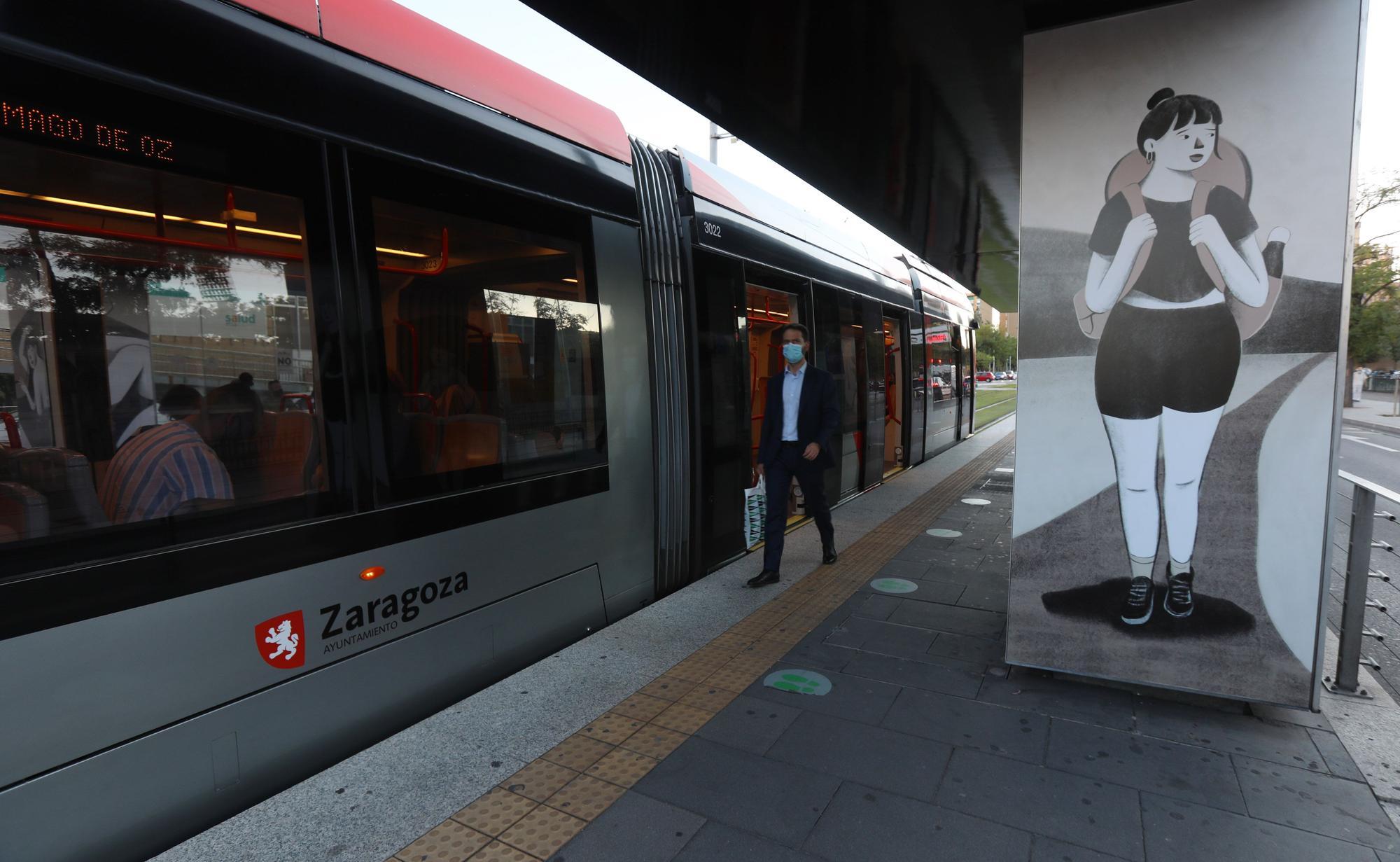 Intervenciones artísticas en las paradas del tranvía con motivo del Festival Asalto