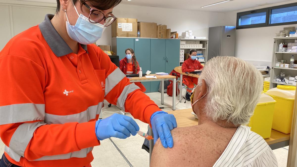 Un hombre recibiendo la vacuna contra el COVID