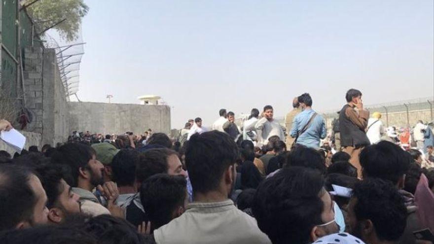 """El Pentàgon confirma que hi ha """"víctimes dels EUA i civils"""" en l'atac a l'exterior de l'aeroport de Kabul"""