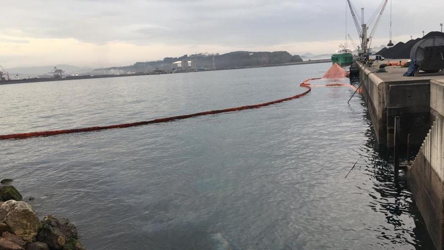 El barco decomisado a los narcos vierte fuelóleo en El Musel