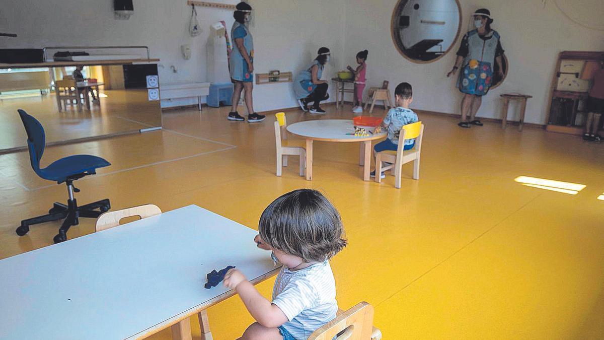 Alumnos y educadoras de la 'escoleta' municipal que hay en El Molinar, el pasado verano.