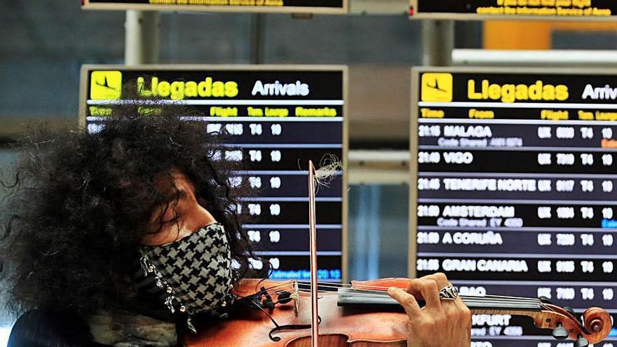 Ara Malikian sorprende a los viajeros con una actuación en el aeropuerto de Barajas
