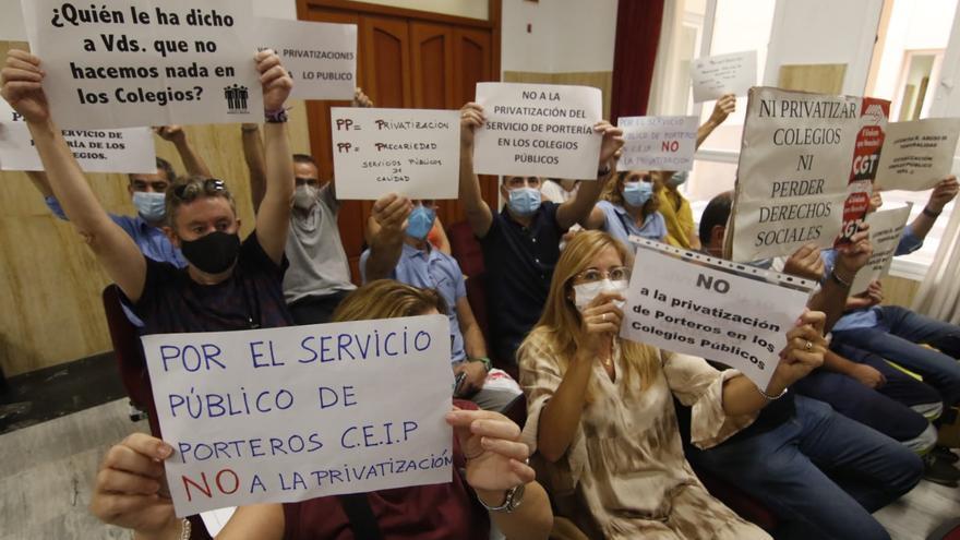Los porteros de los colegios protestan contra la privatización el servicio
