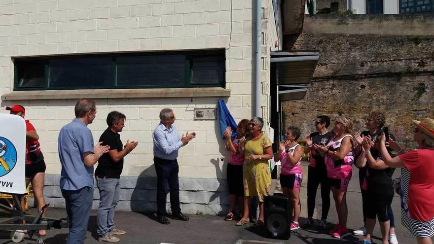 Castropol recuerda con una placa a las pioneras del remo