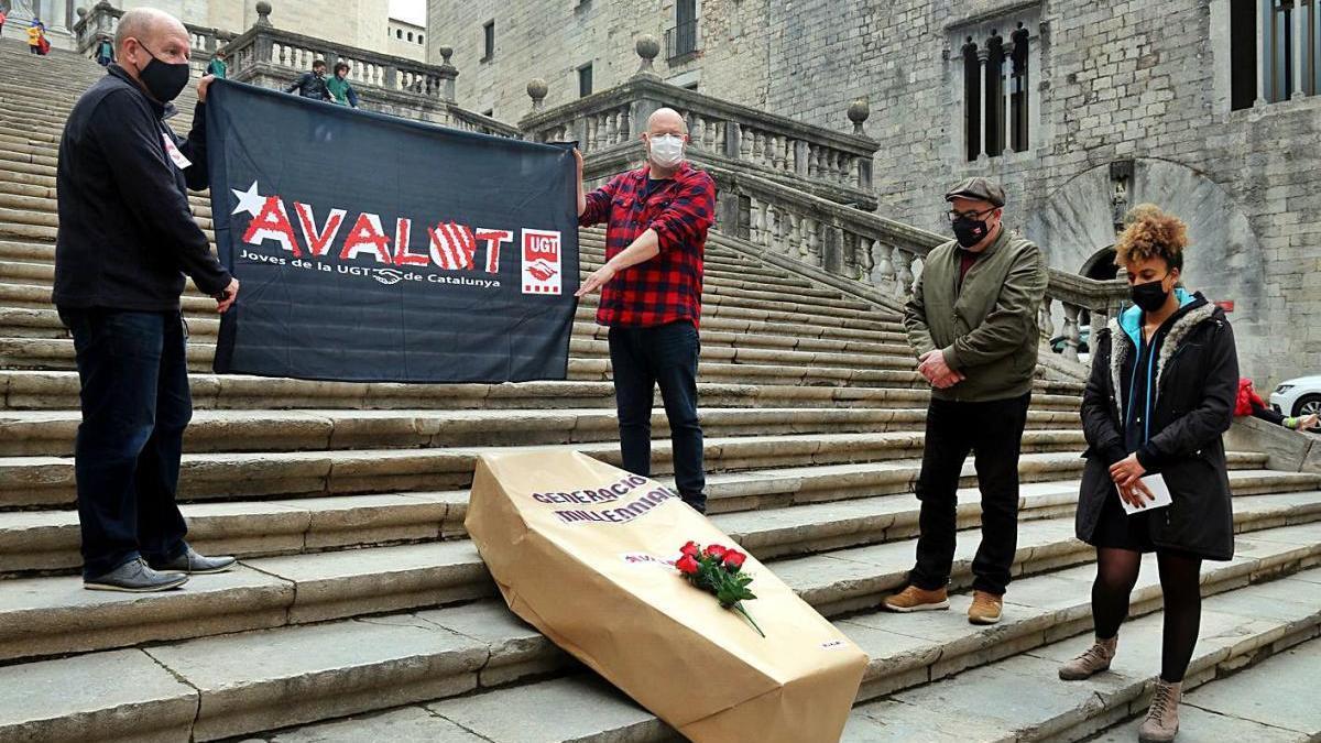 Membres d'UGT i Avalot escenifiquen «l'enterrament dels joves treballadors» a Girona.