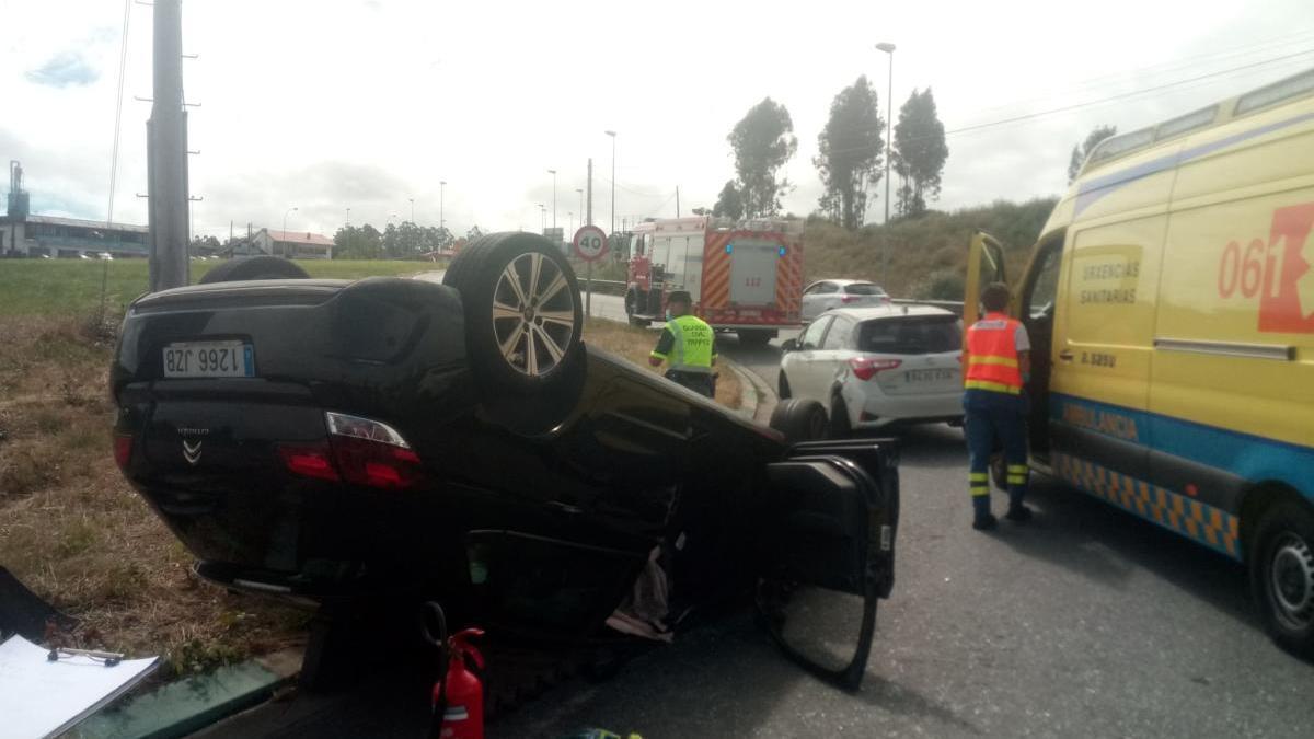 Evacuado al hospital tras chocar y volcar en una rotonda en la Nacional-VI en Oleiros