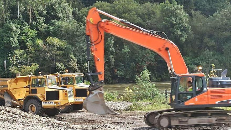 Comienzan las obras en la ribera del Nalón para evitar las riadas del invierno en Pravia