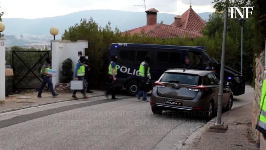 Trasladan a dependencias policiales al yihadista detenido en Cocentaina tras concluir el registro del chalé