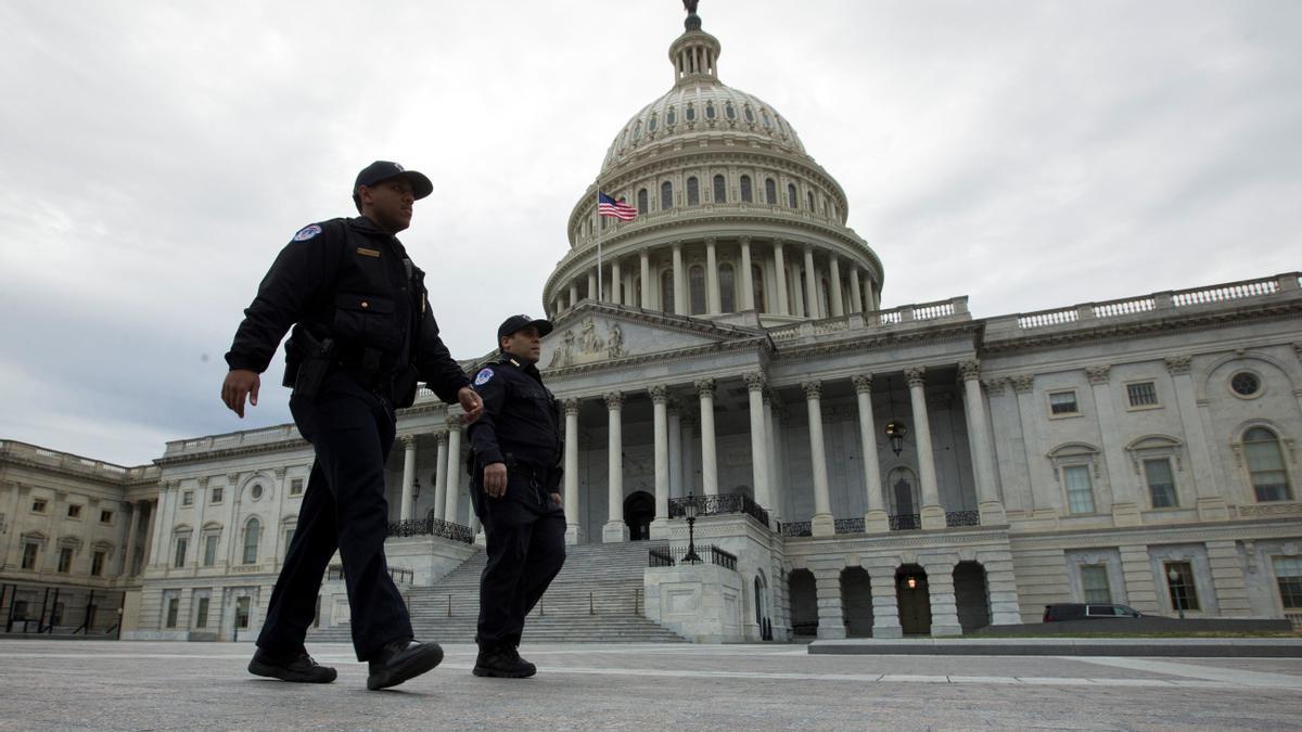 Policía en las inmediaciones de Congreso de Estados Unidos.