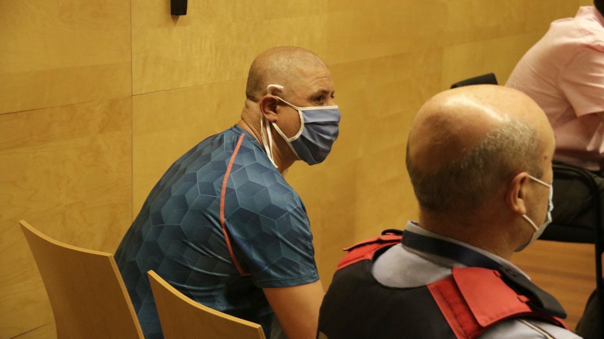 L'acusat d'assassinar un home a la Rambla de Figueres, a la sala de vistes el primer dia de judici, l'11 de juny