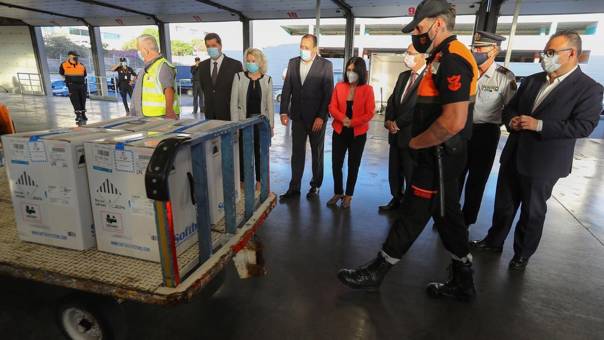 La ministra Darias y el consejero de Sanidad asisten a la descarga de un nuevo envío de vacunas a Canarias.