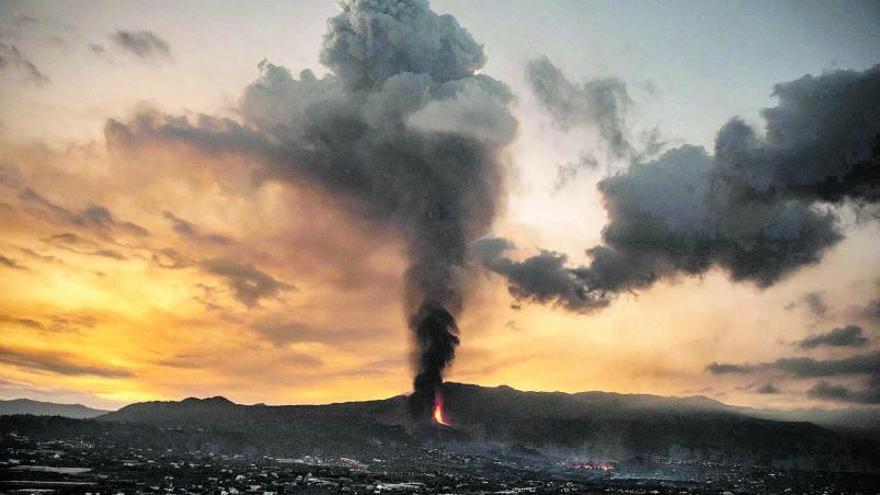 Las cenizas volcánicas invaden  las calles  y retrasan los vuelos