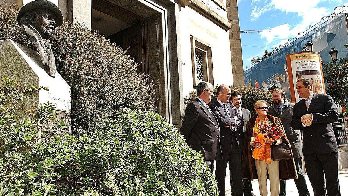 Carlos García-Suárez Otero (nieto) y Mari Luz (hija) en un acto de Fundación Laxeiro de Vigo. |   // CAMESELLE