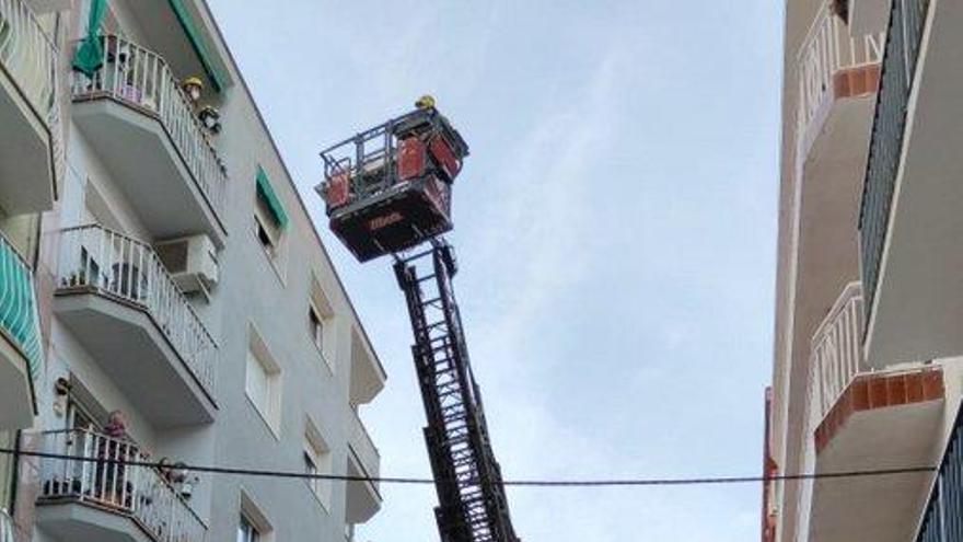 Evacuat un home de 79 anys per la finestra d'un quart pis de Blanes per una atenció mèdica urgent