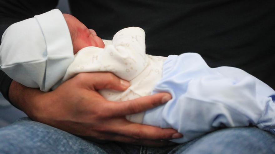 En julio nacieron casi mil niños al día, la cifra más alta en 21 meses