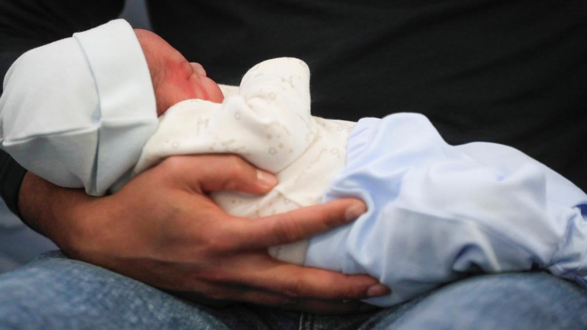 En julio nacieron casi mil niños al día.