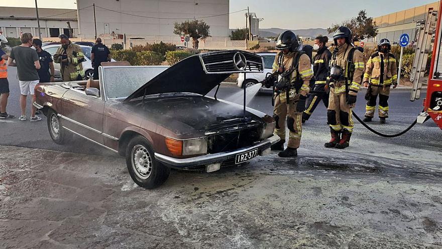 Arde un Mercedes clásico junto al aeropuerto de Ibiza