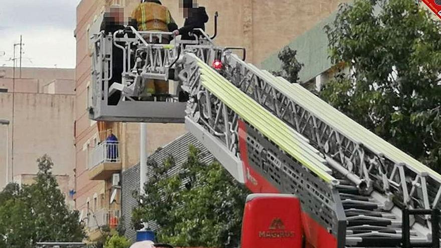 Rescatan a un bebé y dos ancianos en un incendio en Elche