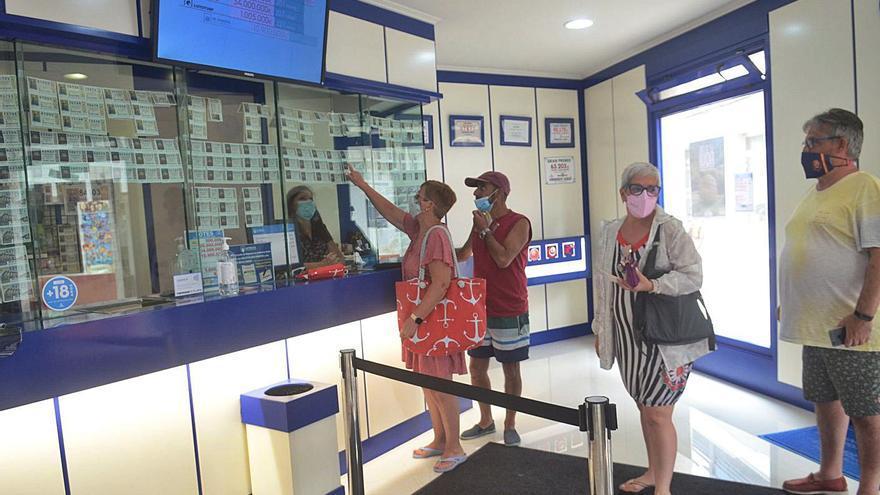 Los turistas adquieren más del 90% de la Lotería de Navidad que llega a O Salnés en verano