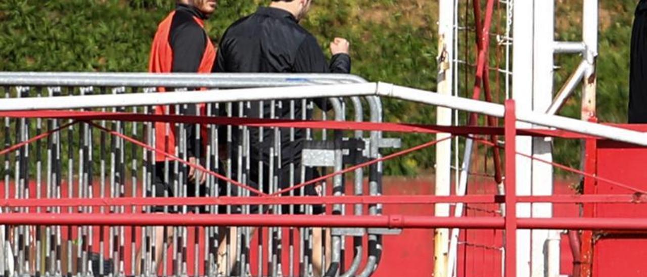 Por la izquierda, Campuzano y Guille Rosas, ayer, en Mareo, entrenándose al margen del resto de sus compañeros. | Juan Plaza