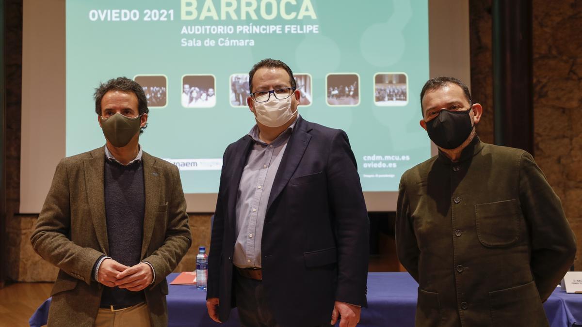 De izquierda a derecha, Nacho Cuesta (Cs), Francisco Lorenzo, director del Centro Nacional de Difusión Musical, y Cosme Marina, director artístico del ciclo Primavera Barroca