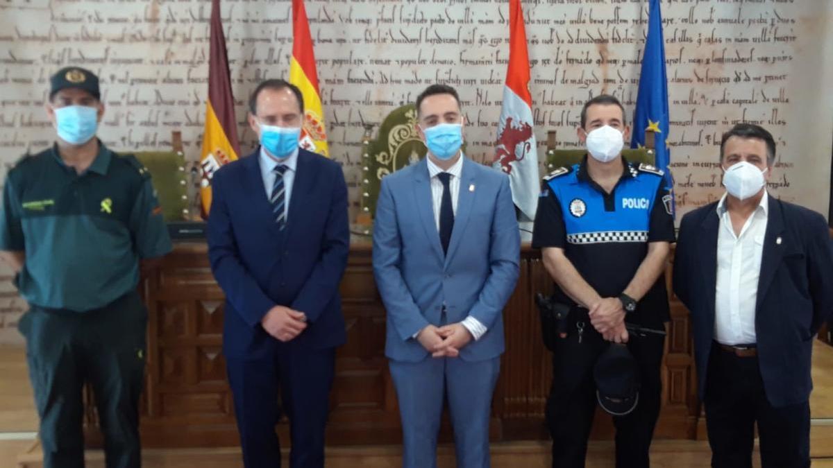 Foto de familia tras la reunión mantenida entre el subdelegado del Gobierno y el alcalde de Benavente con Guardia Civil y Policía Local.