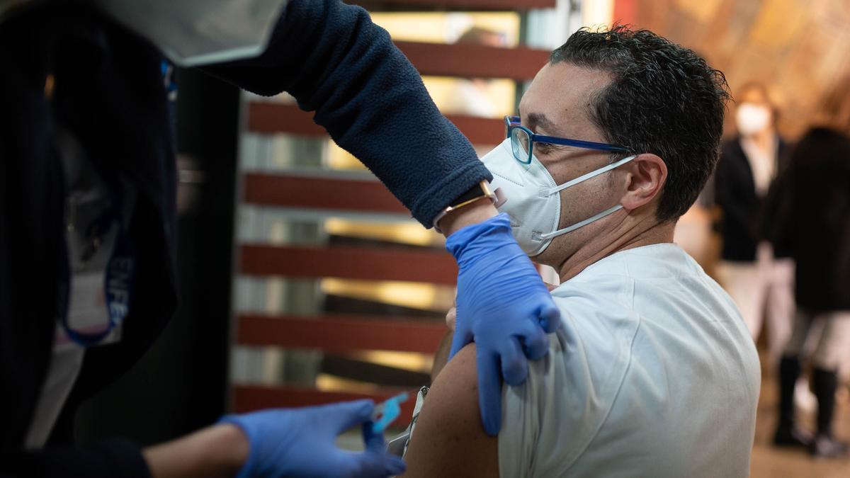 Un sanitario de las Islas recibe una dosis de la vacuna contra la Covid.