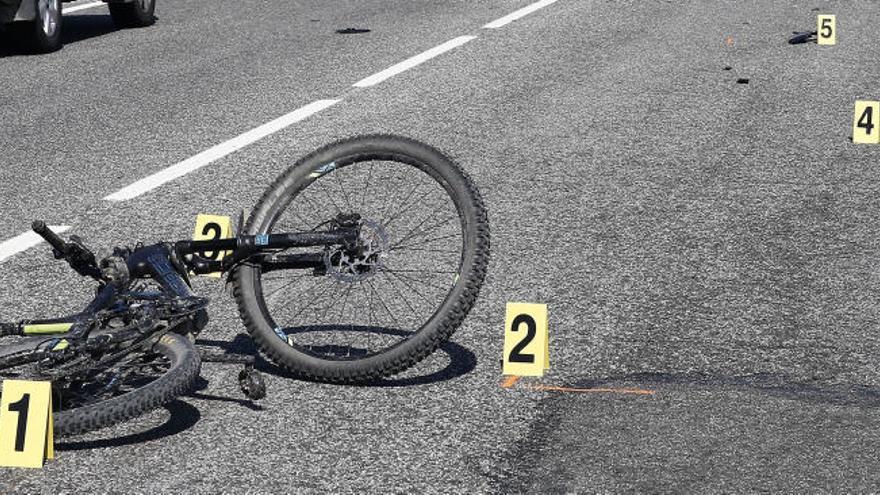 Un conductor arrolla a ocho ciclistas