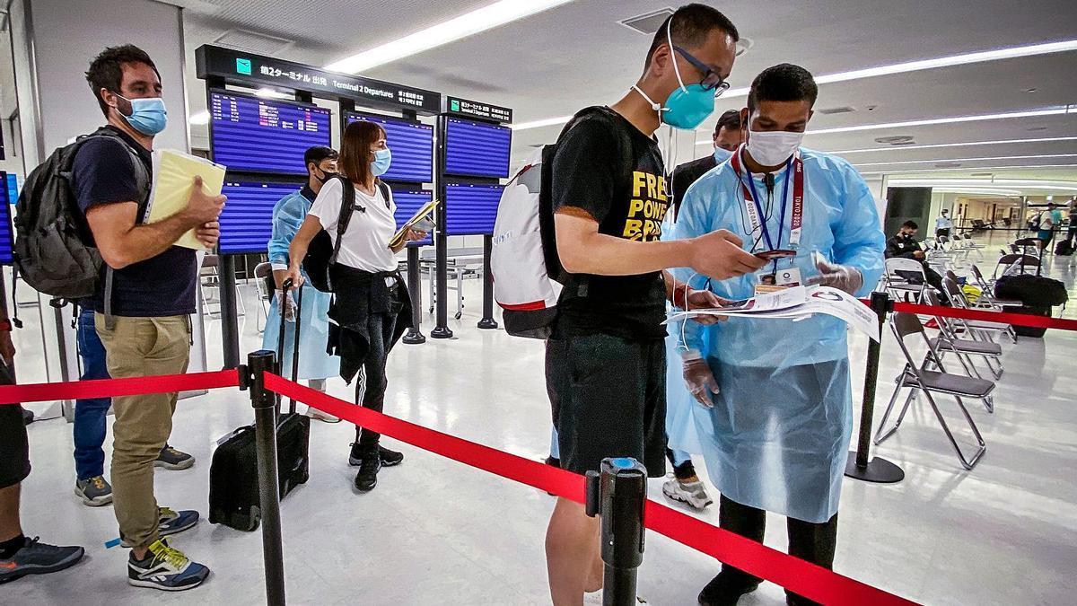 Un grupo de periodistas en el control de entrada al país, en el Aeropuerto de Narita.