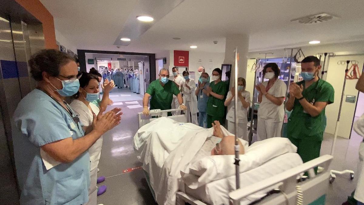 Un paciente sale de la UCI entre aplausos, en Ourense // Iñaki Osorio