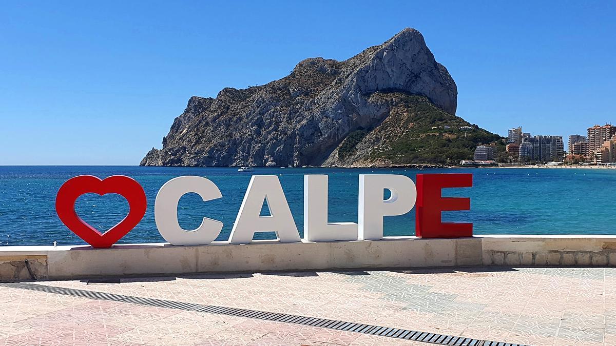 Las letras de promoción turística colocadas este verano en la playa de la Fossa de Calp