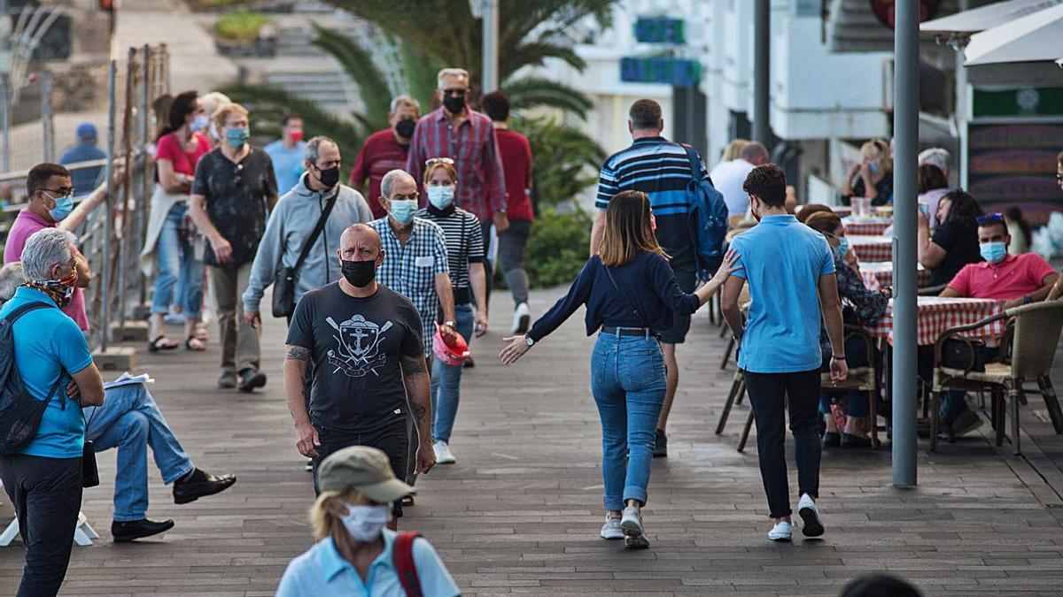 Turistas en un paseo del Puerto de la Cruz.