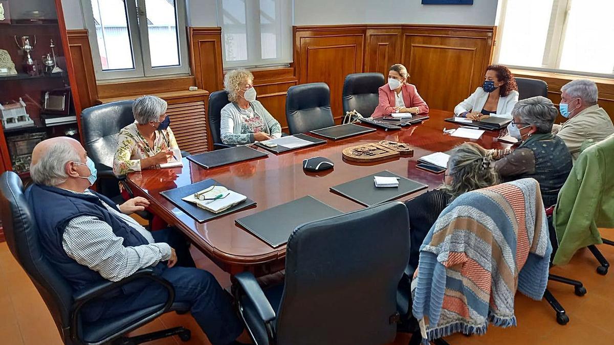 Reunión de la concejala con las entidades solidarias de Marín.   | // FDV
