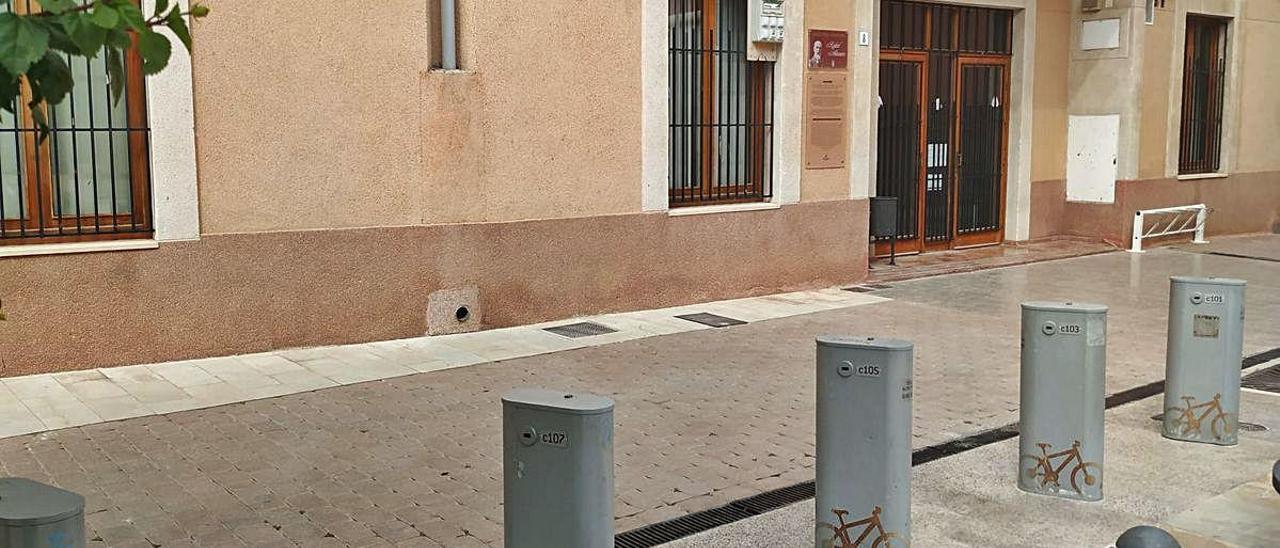 El Ayuntamiento mantiene los aparcamientos en desuso.