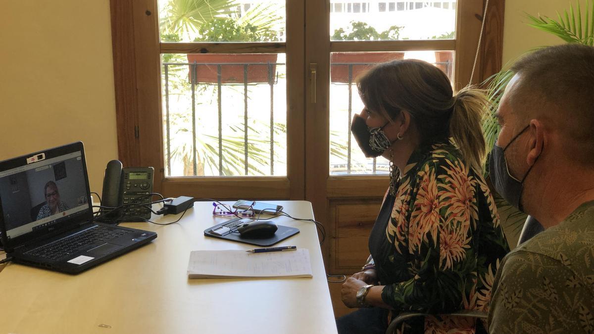 Mary Carmen Ribera junto al Patrón Mayor, Manu Peña, en el encuentro telemático con la eurodiputada Inmaculada Rodríguez-Piñero