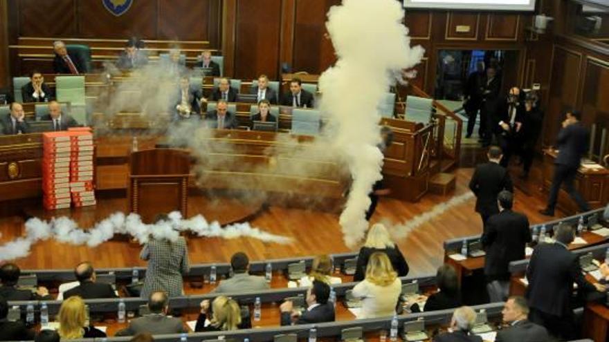 Kosovo Diputats opositors llancen gasos lacrimògens dins el Parlament