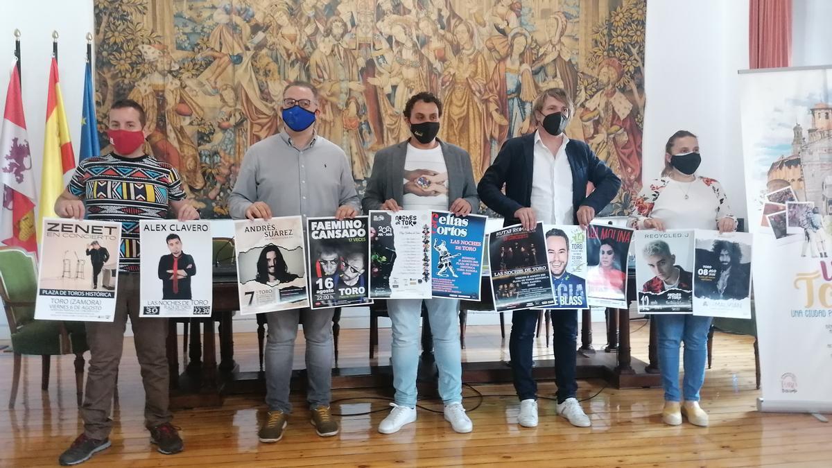 De izquierda a derecha, Gabriel Álvarez, Jesús María Prada, Tomás del Bien, Ismael Beiro y Sara Pérez presentan los carteles