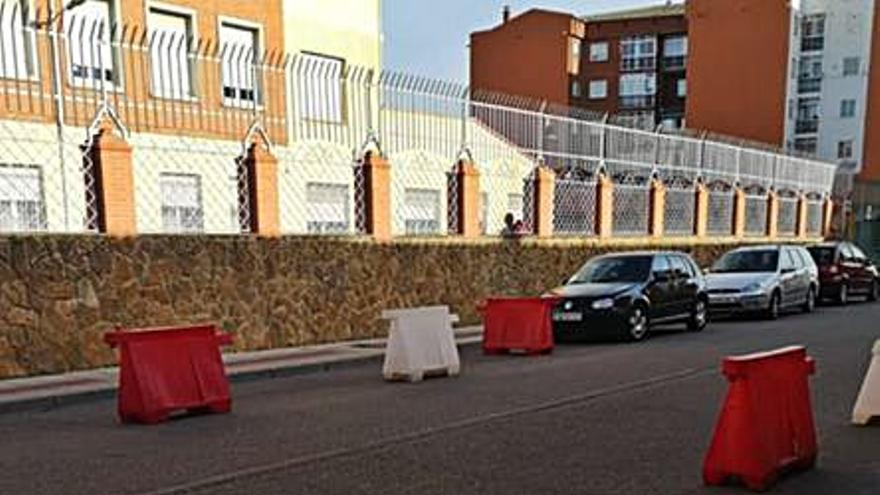 Despejada de vehículos la entrada y salida al colegio San Vicente de Paúl de Benavente