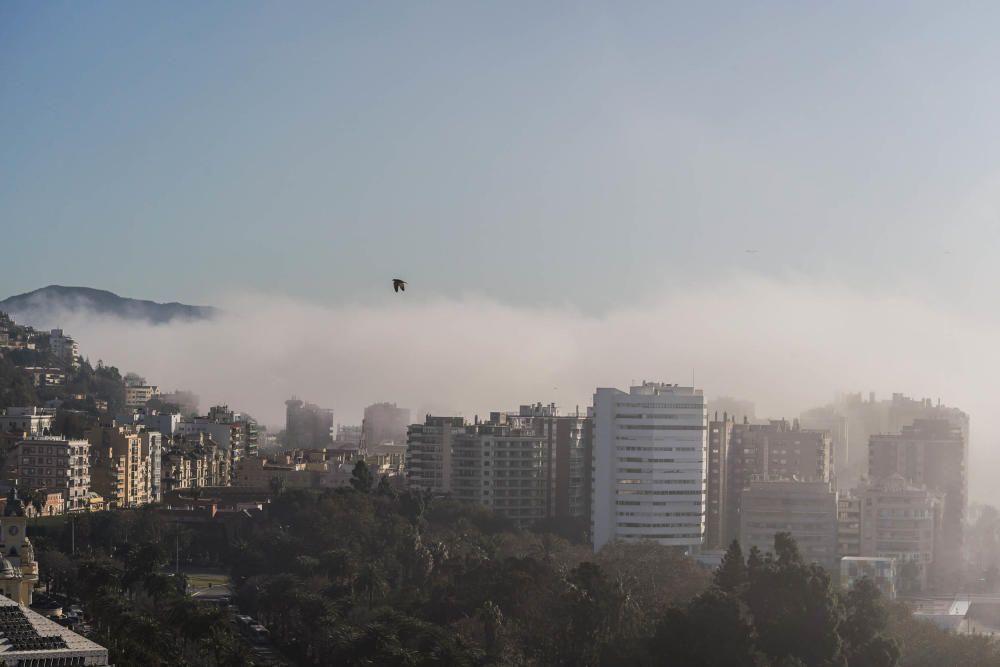 Málaga amanece bajo una capa de niebla