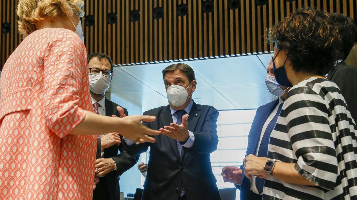 El ministro Planas charla con sus homólogos de Italia, Alemania, Bélgica y Portugal en el marco del Consejo de Agricultura y Pesca, que se celebra desde ayer Luxemburgo.