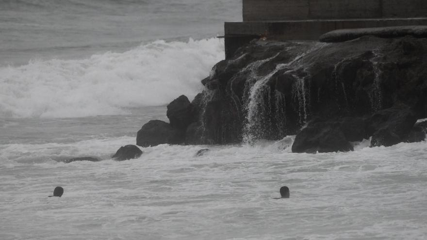 Alrededor de 70 migrantes marroquíes logran llegar a nado hasta las costas de Ceuta