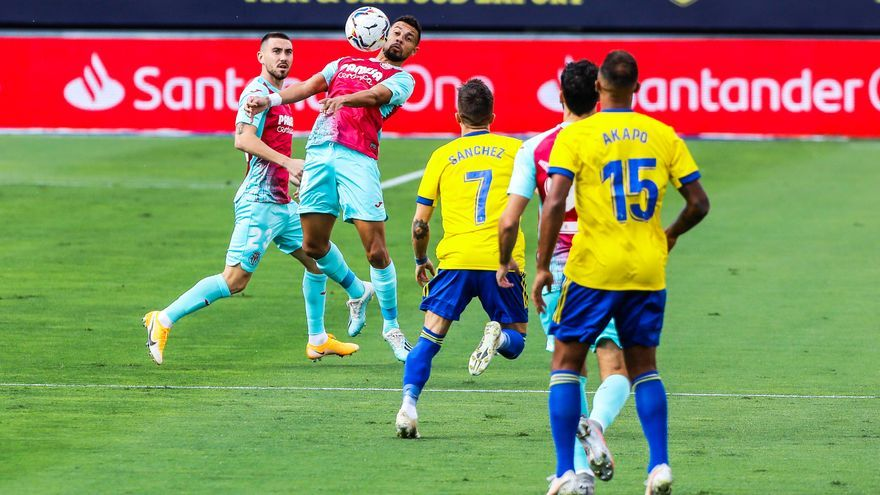 El Villarreal se queda sin el liderato ante un sólido Cádiz