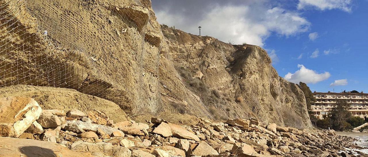 El talud de Cala Lanuza está protegido por una malla, pero Playas advierte de que se producen desprendimientos.