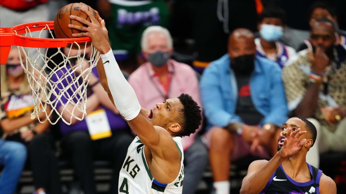 Antetokounmpo encesta para los Bucks en un momento del partido ante los Suns .