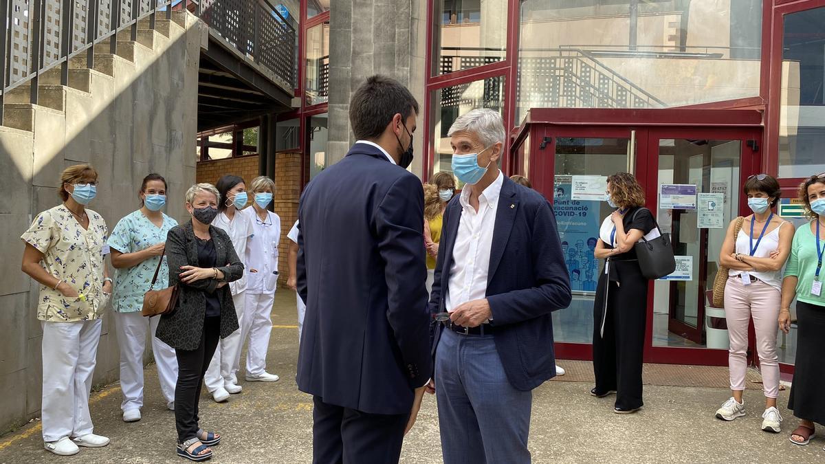 El conseller Argimon conversant amb l'alcalde de Cardona, aquest dimecres