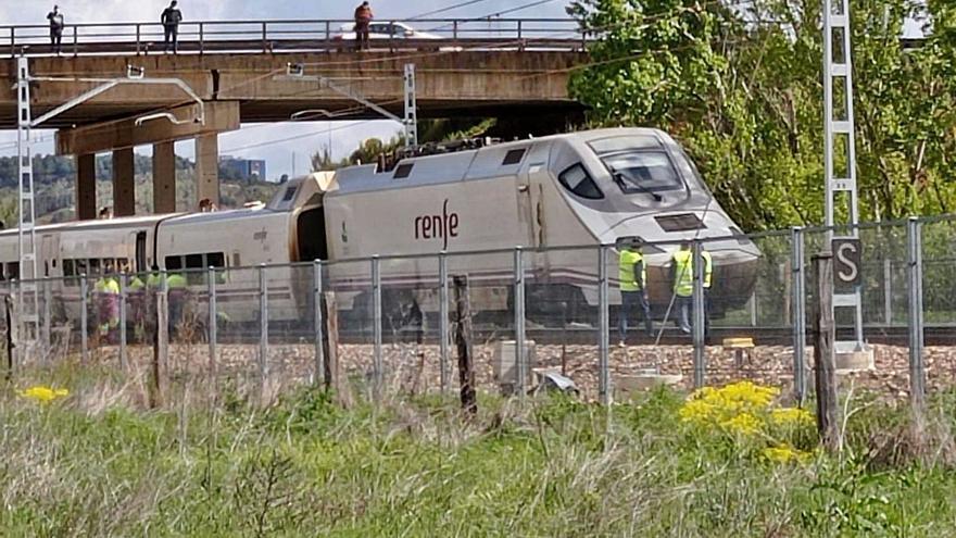 Doble incidente en León: descarrila un Alvia y se avería el bus que llevaba a los viajeros a Asturias