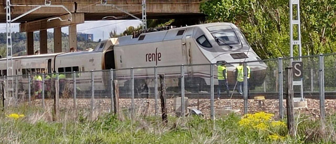 Operarios de Renfe y Adif examinan el tren que descarriló ayer en León.