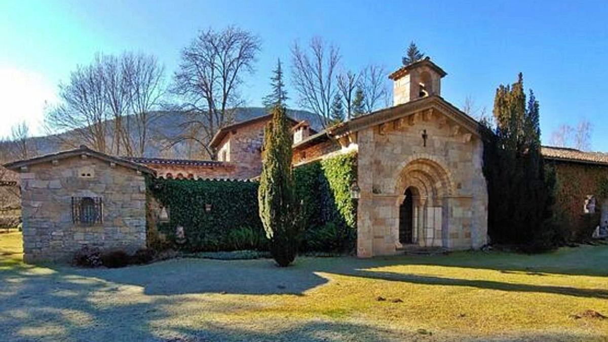Casa de piedra con la portada de San Esteban de Gormaz en una finca de Camprodón, Gerona.
