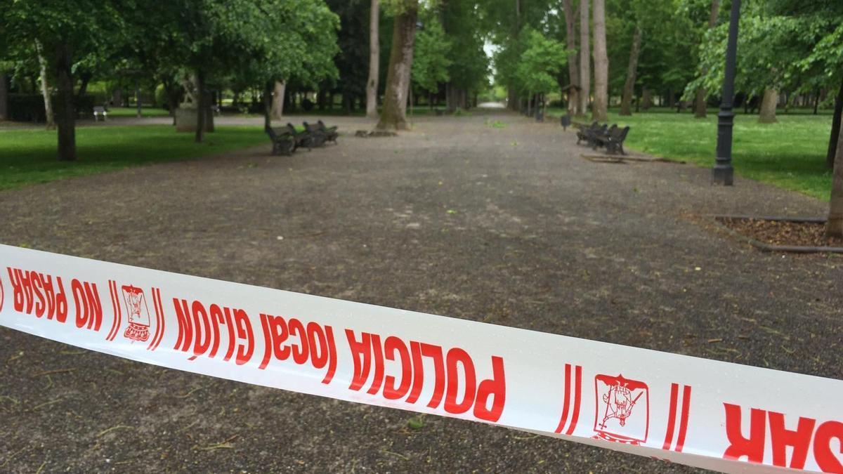 Cerrado por el viento el parque Isabel La Católica, en Gijón